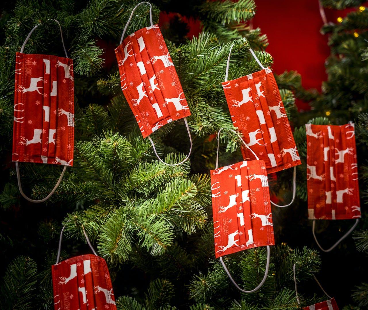 DEN HAAG - Mondkapjes in een kerstboom. Tijdens de feestdagen spelen veel ondernemers in op het verkopen van kerstartikelen die inhaken op het coronavirus. ANP XTRA LEX VAN LIESHOUT