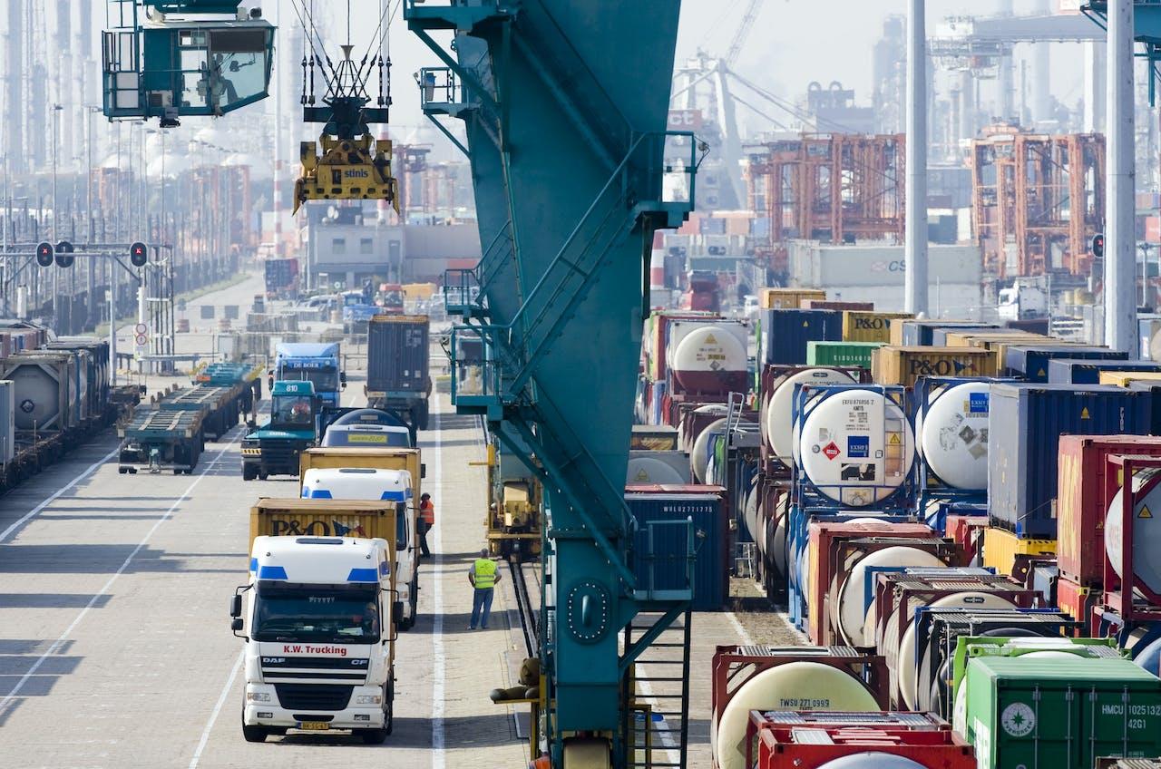 2008-09-25 00:00:00 ROTTERDAM - Het Rail Service Center Rotterdam in het Botlekgebied, een overslagbedrijf gespecialiseerd in het overzetten van containers, wissellaadbakken en opleggers van en op shuttletreinen. ANP PHOTO XTRA LEX VAN LIESHOUT
