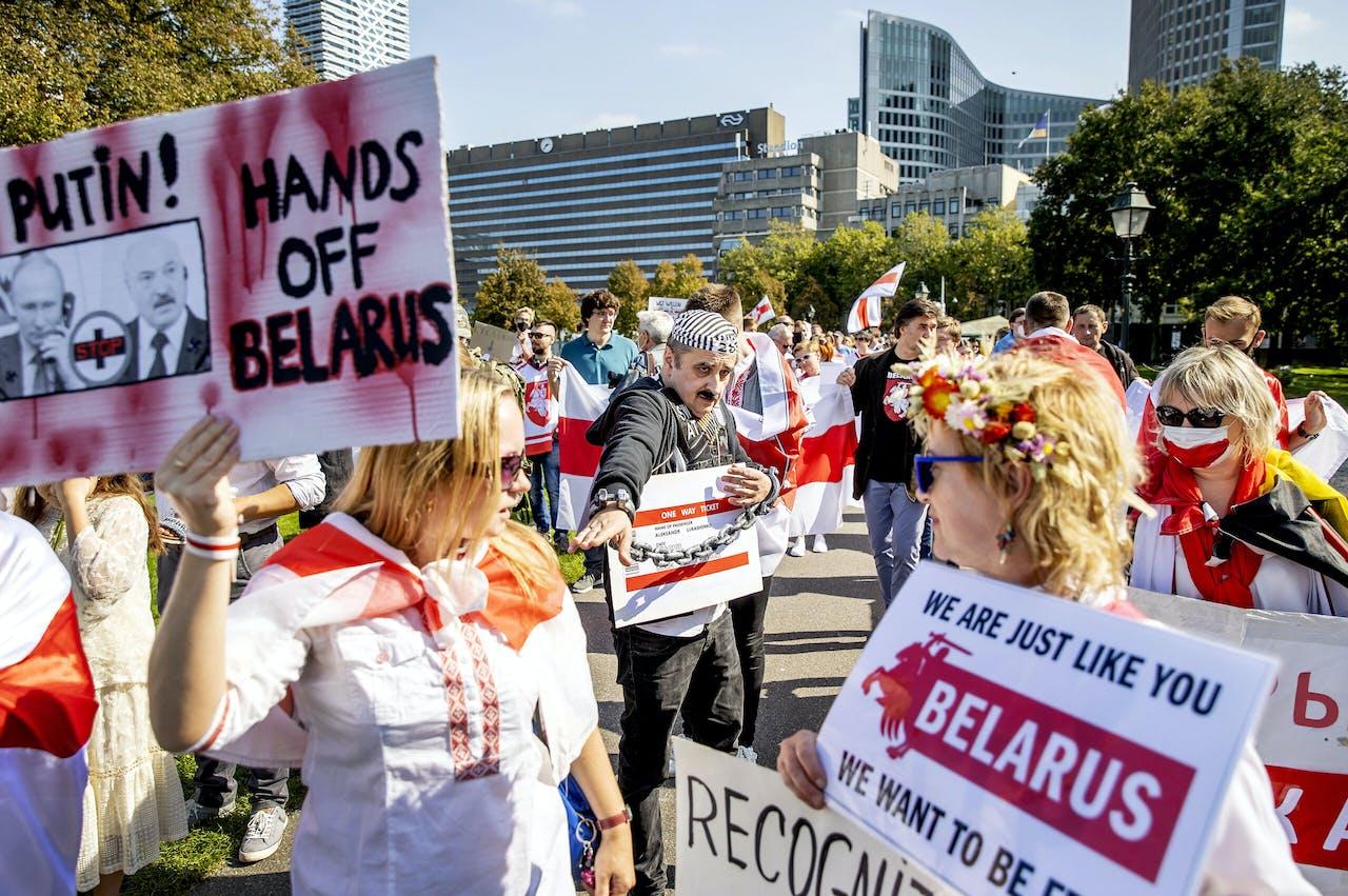 DEN HAAG - Demonstranten met een imitatie Loekasjenko, tijdens een steunbetuiging aan de bewoners van Wit-Rusland. Na de presidentsverkiezingen in augustus braken hier demonstraties uit. President Loekasjenko won de verkiezingen, maar volgens de oppositie was er sprake van fraude.