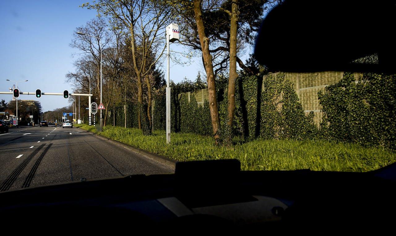 2017-04-09 18:20:25 HILVERSUM - De flitspaal aan het Oostereind die het meeste geld in het laatje van de gemeente of het Rijk brengt. De flitser leverde in 2016 gemiddeld 710 euro per uur op, wat neerkomt op bijna twaalf boetes per uur. ANP KOEN VAN WEEL