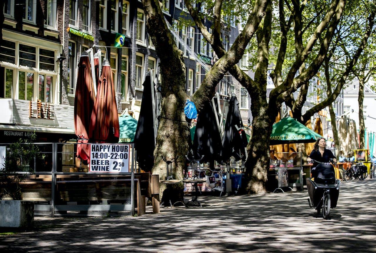 2020-05-06 12:13:28 AMSTERDAM - Lege terrassen in het centrum van Amsterdam. De horeca in Nederland is grotendeels gesloten als maatregel tegen de verspreiding van het coronavirus. ANP KOEN VAN WEEL
