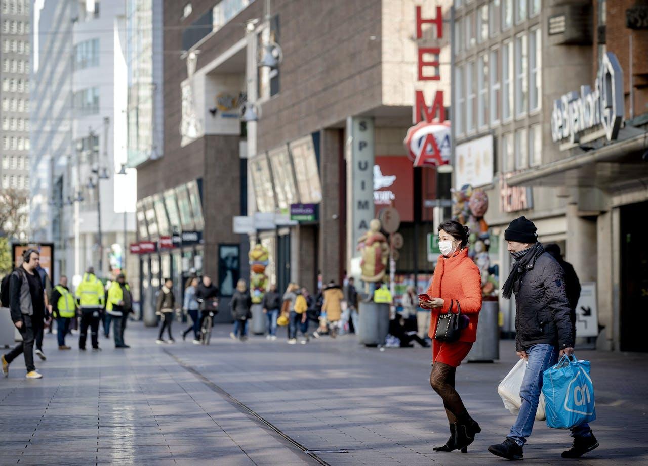 Winkelend publiek op straat