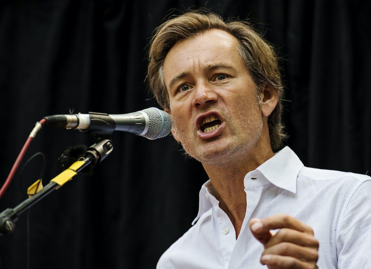 Hoogleraar Ewald Engelen geeft een toespraak tijdens het protest tegen TTIP op het Beursplein.