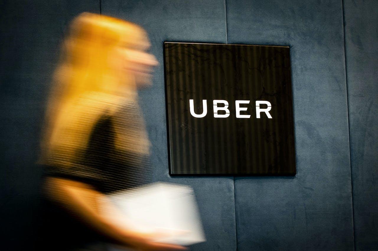 2018-05-29 10:09:20 AMSTERDAM - Het logo van Uber in het hoofdkantoor van de taxidienst. ANP XTRA REMKO DE WAAL