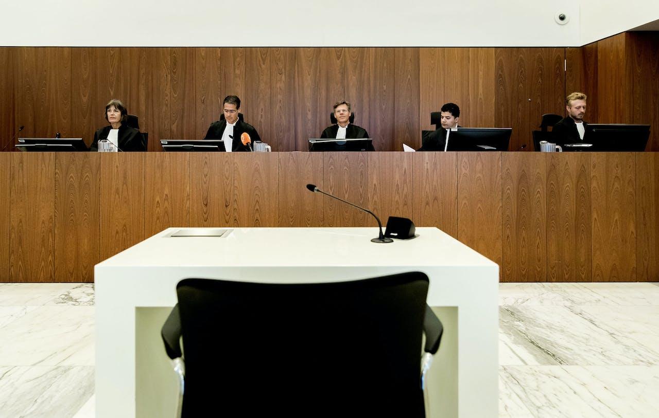 AMSTERDAM - Voorzitter mr. R.P. den Otter (2L) van het hof, voorafgaand aan de eerste zitting van het proces in hoger beroep tegen Willem Holleeder. De rechtbank veroordeelde Holleeder tot een levenslange gevangenisstraf, wegens zijn sturende rol in een reeks criminele afrekeningen.