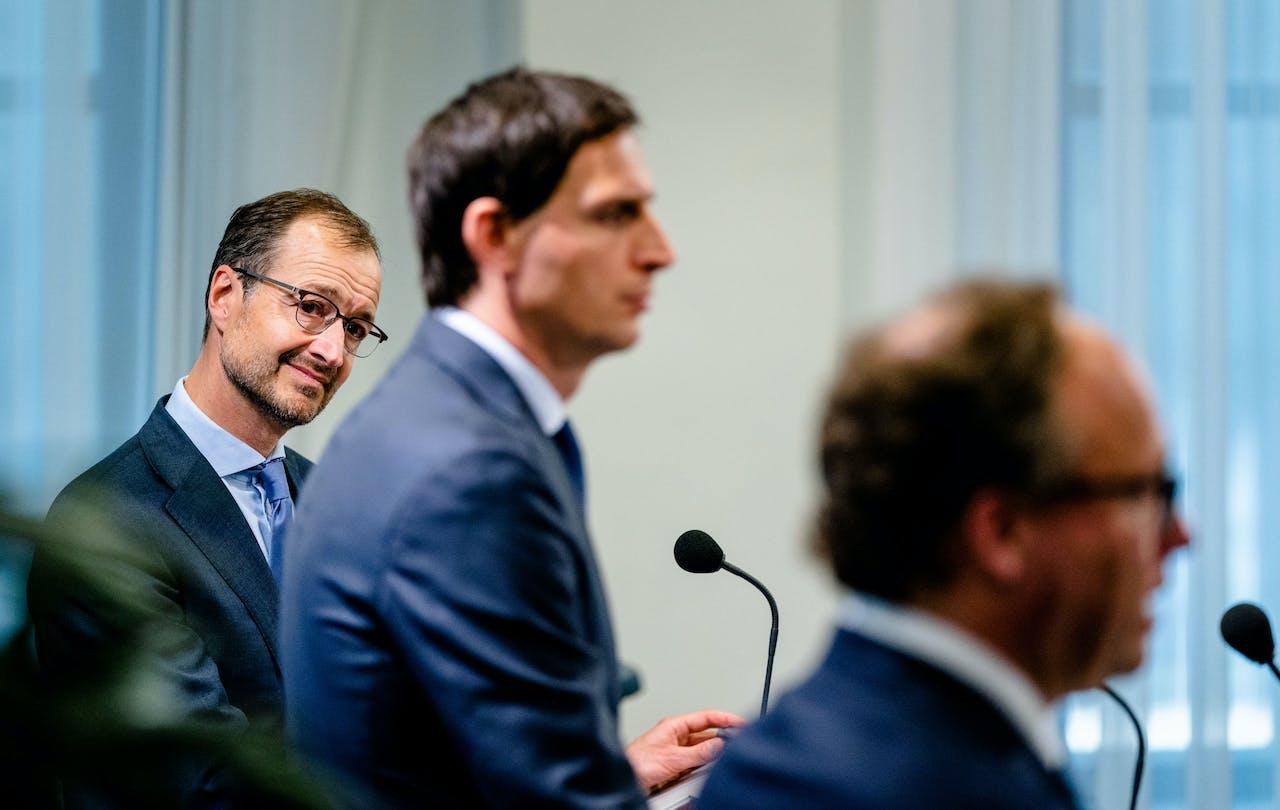 Ministers Wouter Koolmees (Sociale Zaken), Eric Wiebes (Economische Zaken) en Wopke Hoekstra (Financien) lichten het steunpakket 2.0 toe.