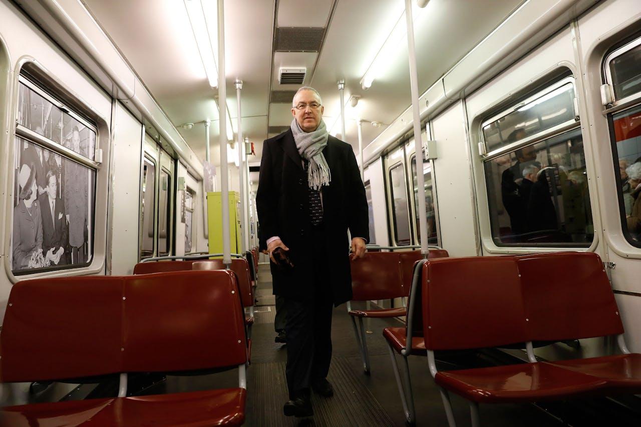 Burgemeester Ahmed Aboutaleb van Rotterdam in de metrolijn Hoekse Lijn, die doorgetrokken zal worden tot aan het strand.