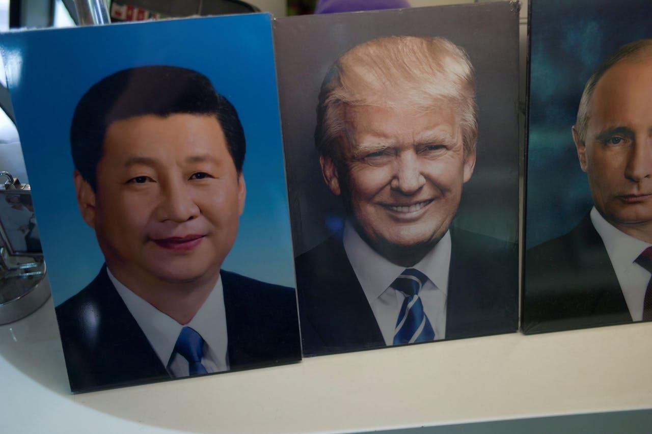 Xi Jinping, Donald Trump en Vladimir Poetin vredig naast elkaar, althans: voor de foto.