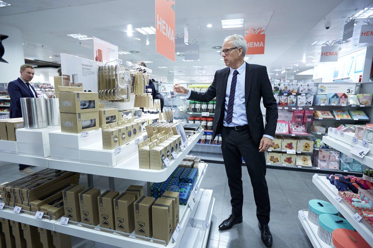2014-09-15 00:00:00 ROTTERDAM - Topman van de HEMA, Ronald van Zetten, tijdens de presentatie van de vernieuwde Hema in Rotterdamse Koopgoot. Het inrichting van meer dan 500 Hema winkels zijn vernieuwd. Daarnaast is het assortiment aangepast, met meer aandacht voor cadeauartikelen. ANP MARTIJN BEEKMAN