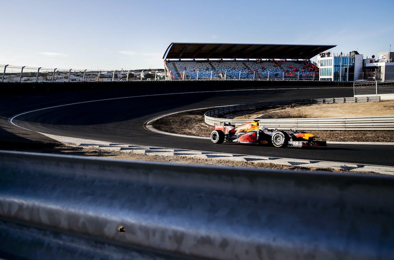 Formule 1-coureur Max Verstappen maakt zijn eerste rond op het circuit van Zandvoort