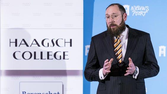 Remco Breuker tijdens een lezing voor Haagsch College in Nieuwspoort, Den Haag