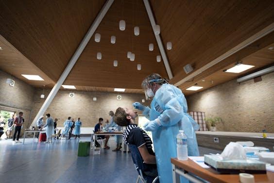Een jongen wordt getest op testlocatie E10.
