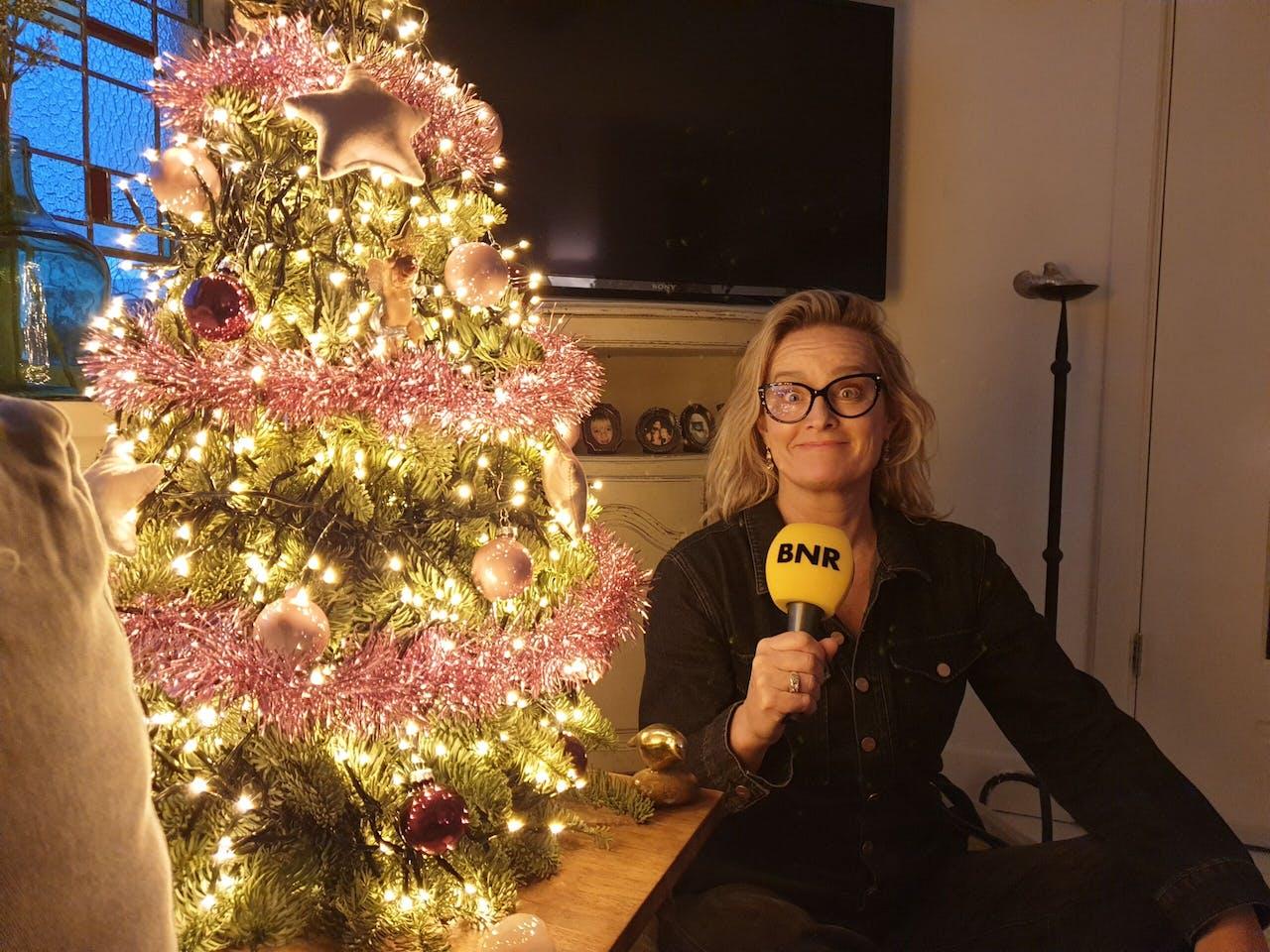 Cabaretière Martine Sandifort thuis bij de kerstboom