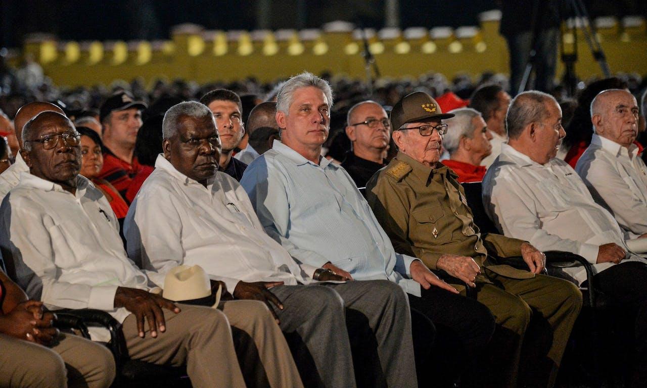 De Cubaanse president Miguel Diaz-Canel (3-L) en de voormalige Cubaanse president en eerste secretaris van de Cubaanse Communistische partij Raul Castro (3-R). Castro staat aan het hoofd van de nieuwe hervormingen.