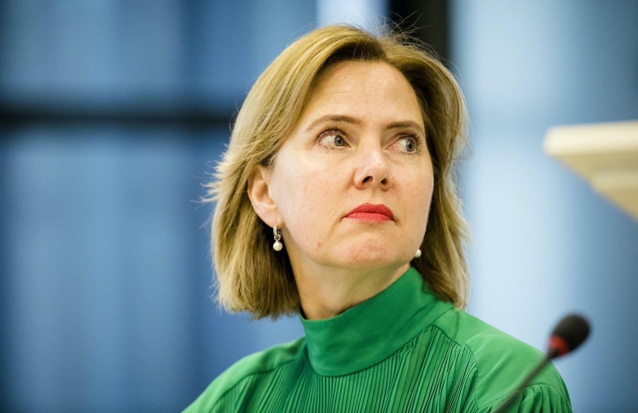 Minister Cora van Nieuwenhuizen (Infrastructuur en Waterstaat) tijdens een algemeen overleg met Tweede Kamerleden over de elektrische bolderkar, de stint.
