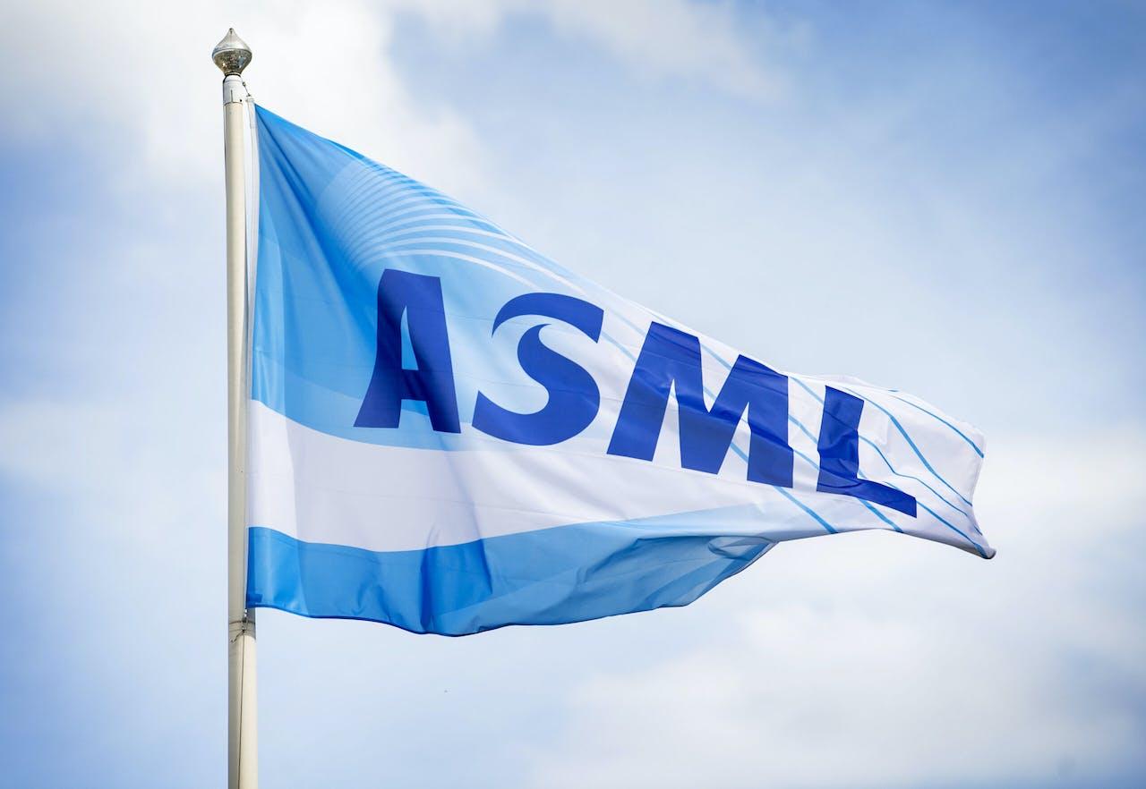 Een vlag met het logo buiten het kantoor van hightechbedrijf ASML