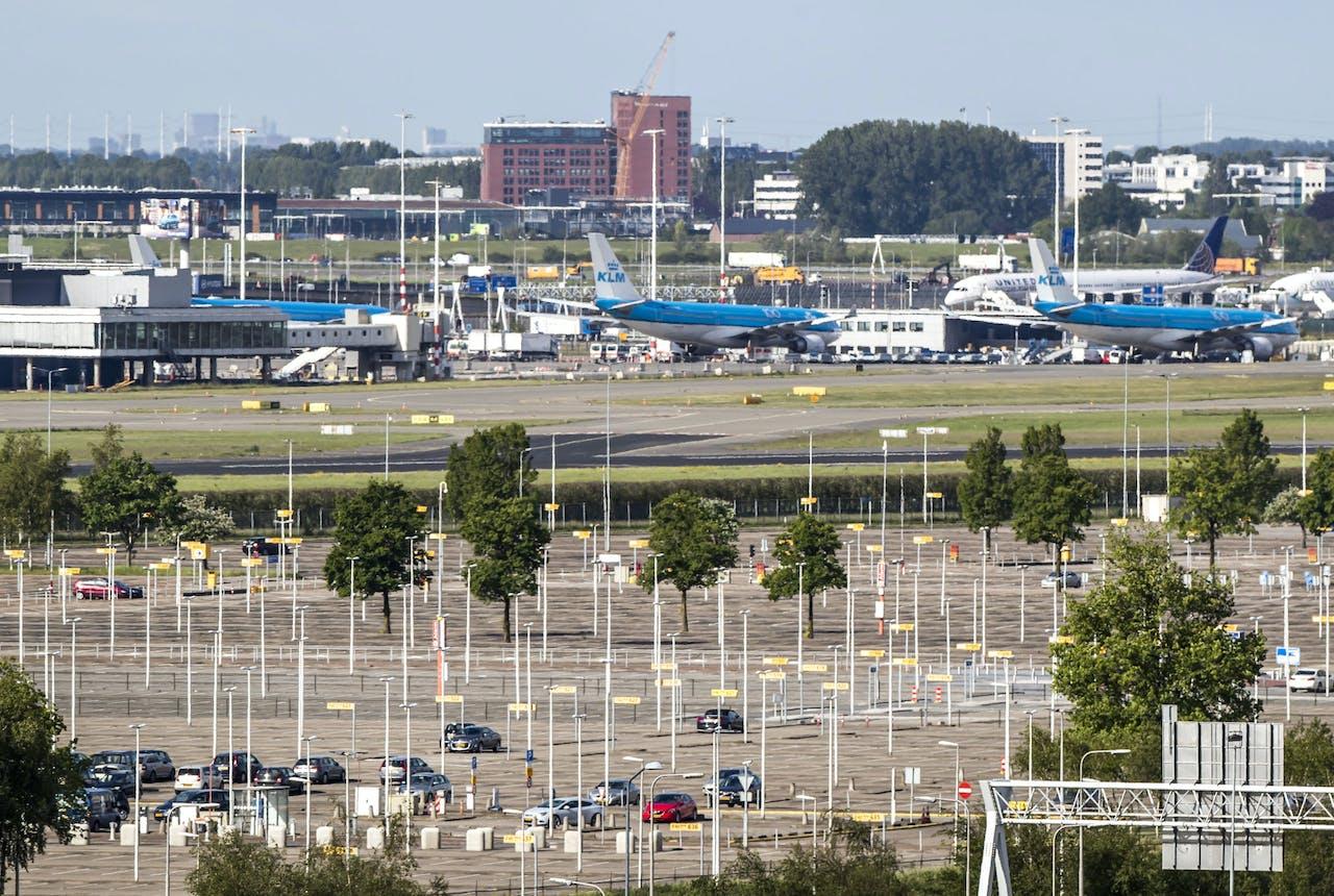 Een leeg parkeerterrein bij luchthaven Schiphol.