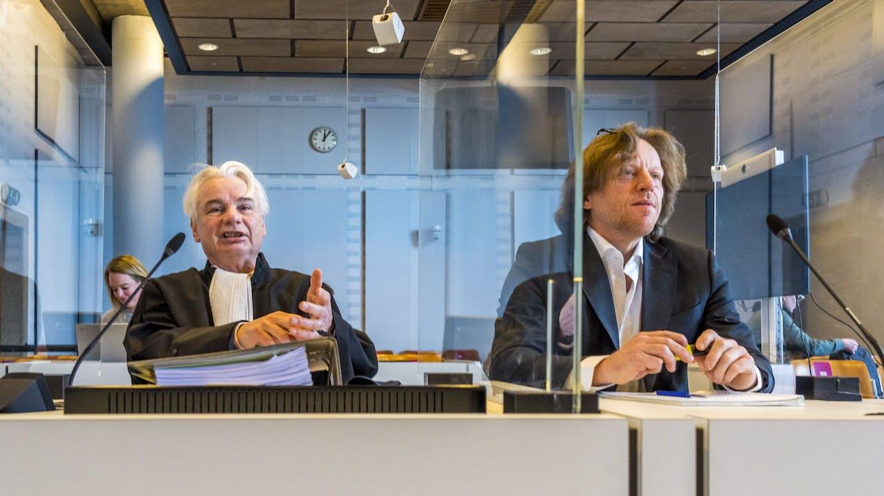 Bestuurslid Marnix van der Werf van de Partij voor de Dieren en advocaat Phon van den Biesen bij het kort geding tegen de staat over het stemmen per post.