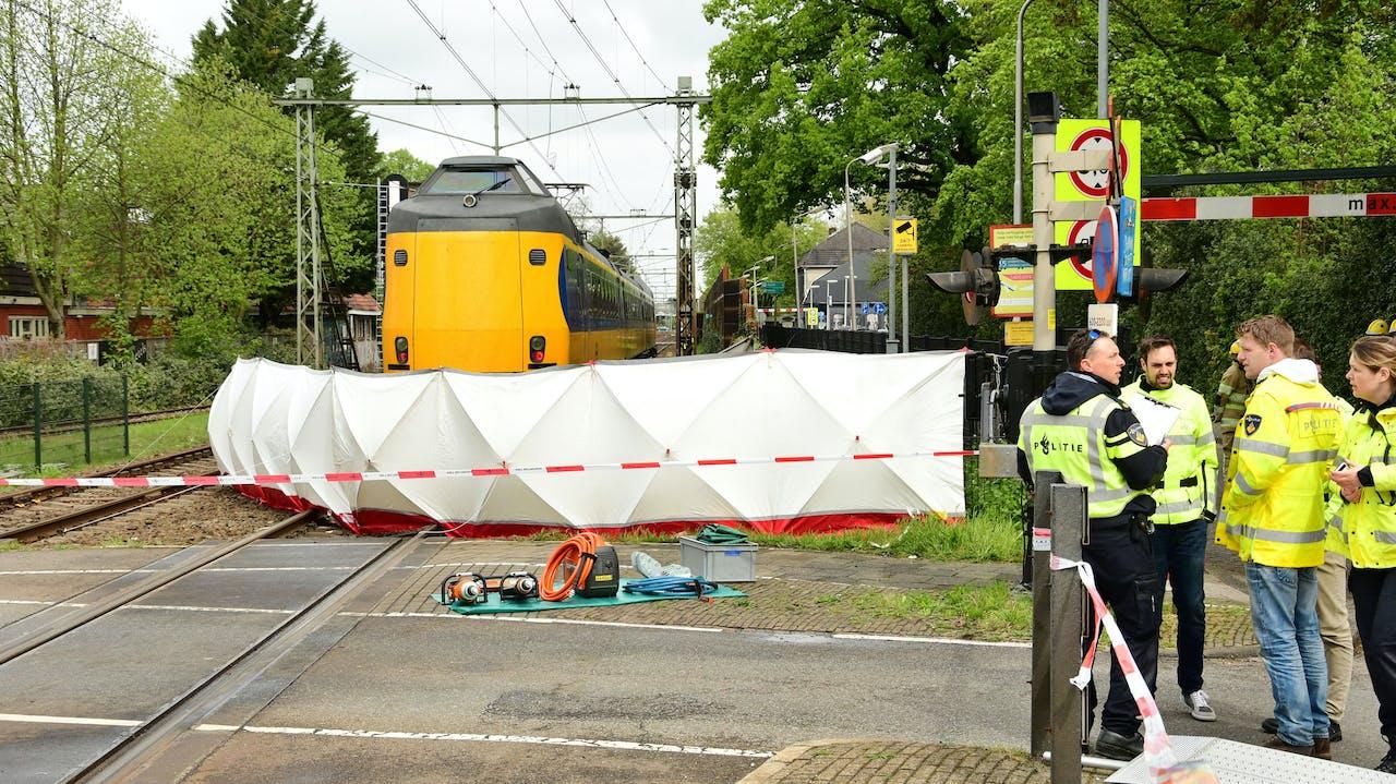 Het ongeluk op een spoorwegovergang in Bussum waarbij een 66-jarige rijinstructeur om het leven kwam.
