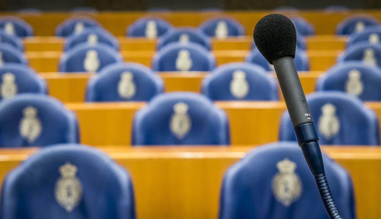 2017-11-01 09:37:39 DEN HAAG - Lege stoelen in de plenaire zaal met het logo van de Tweede Kamer. ANP XTRA LEX VAN LIESHOUT
