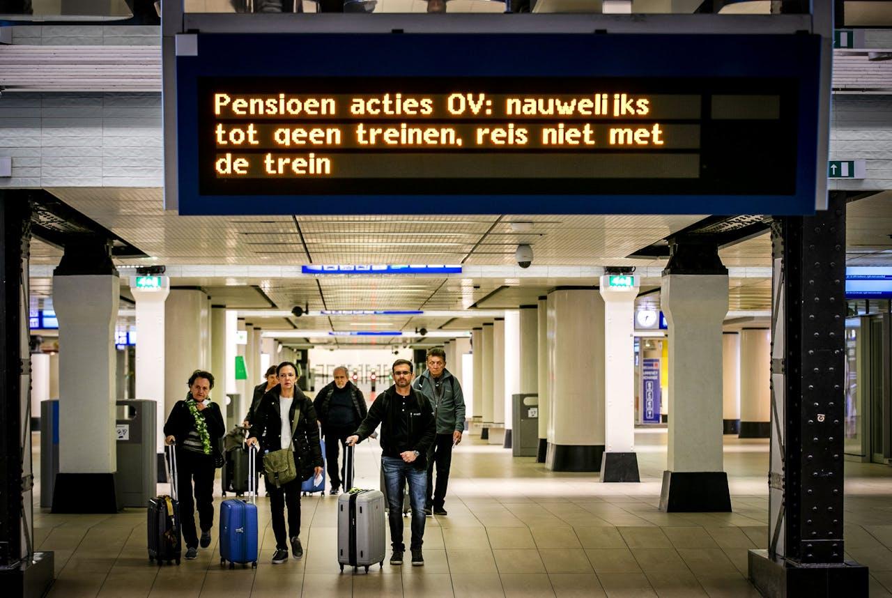 Reizigers op Amsterdam Centraal. Vanwege een 24-uursstaking rijden er geen treinen, trams, bussen en metro's. ANP REMKO DE WAAL