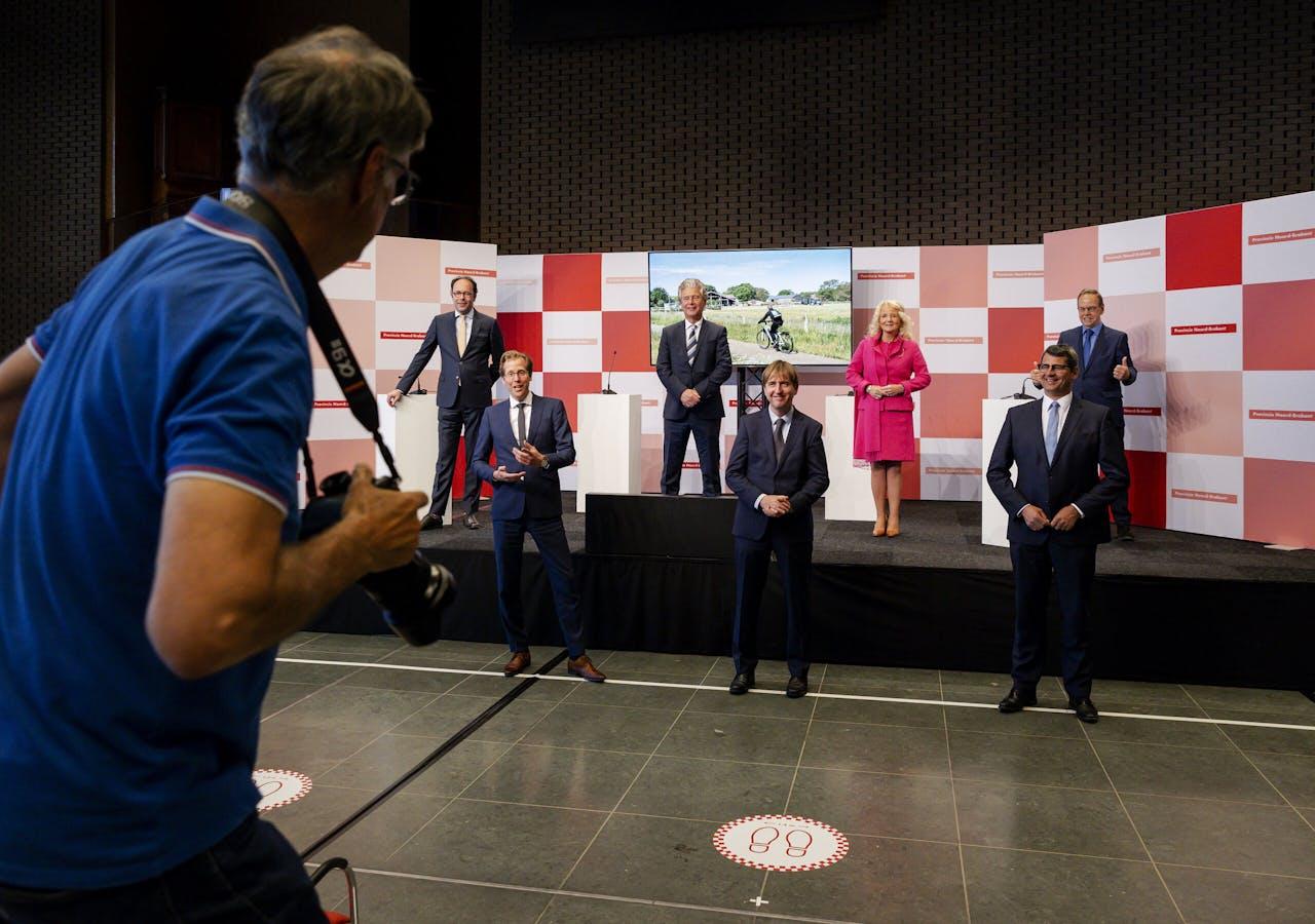 Beoogd gedeputeerden op een groepsfoto tijdens de presentatie van het bestuursakkoord