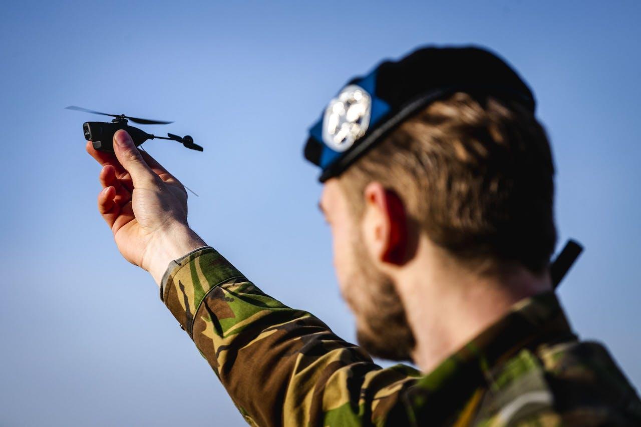 Een oefening met een Black Hornet drone bij de Johannes Postkazerne. Defensie werkt met een aantal verschillende types drones.