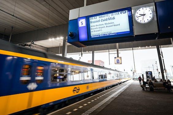 Treinreizigers van Amsterdam naar Brussel kunnen een stuk sneller reizen. De intercity op dat traject gaat een andere route rijden, over een stuk spoor van de HSL via station Breda, en daardoor is de reis een half uur korter.