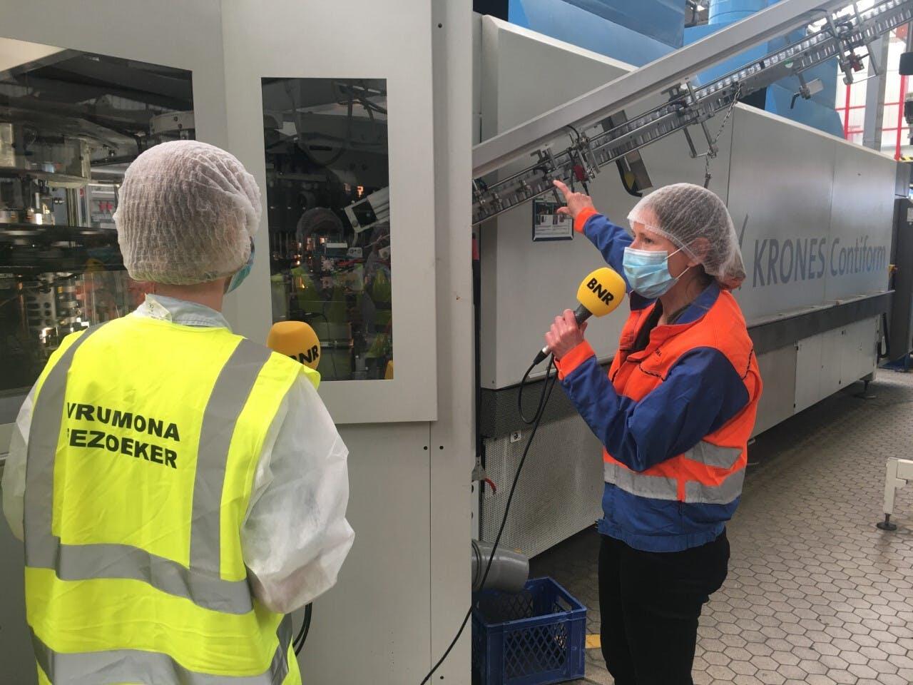 Martine Kruiswijk van Vrumona laat verslaggeefster Karlijn Meinders zien hoe de verpakkingen worden gemaakt.