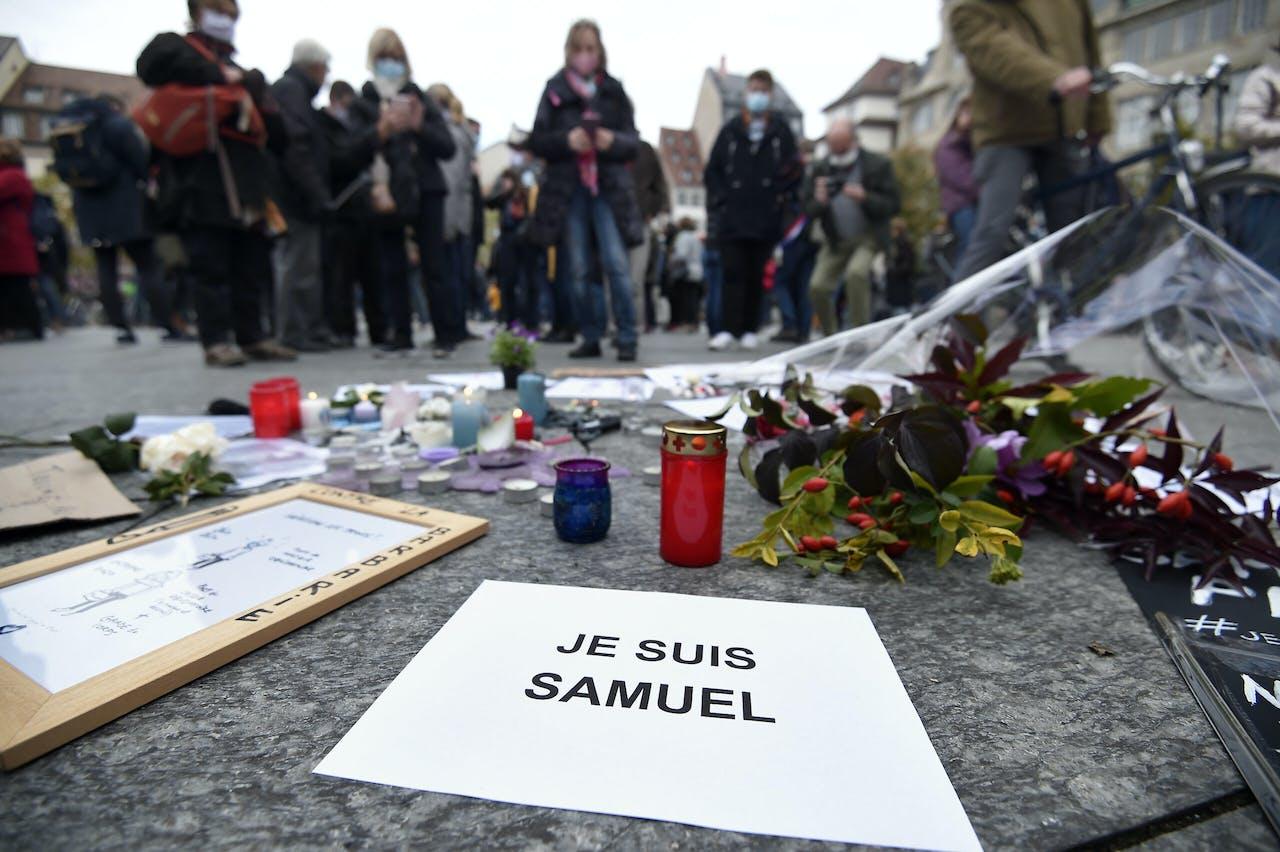 Mensen herdenken de onthoofde leraar Samule Paty.