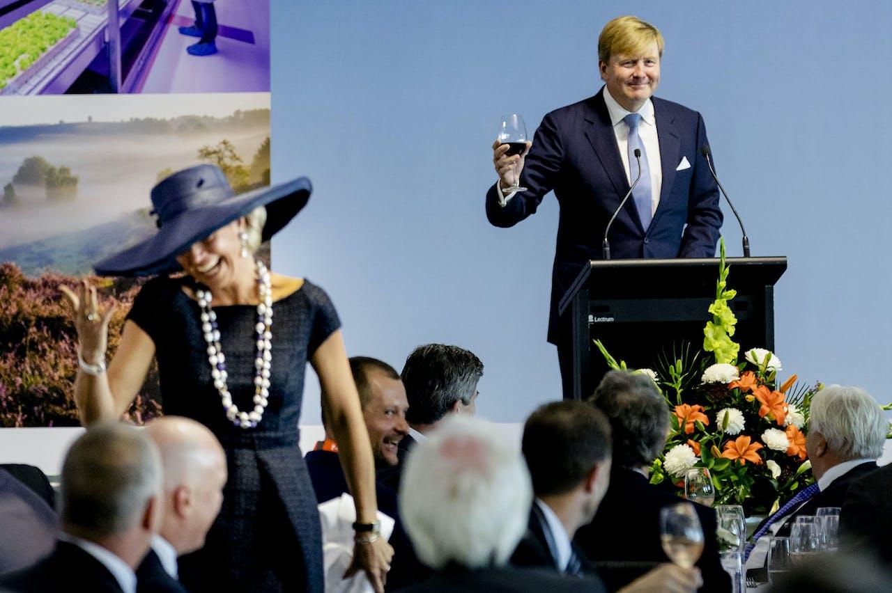 Koning Willem-Alexander en koningin Maxima tijdens de speech op een trade lunch, op de derde dag van hun staatsbezoek aan Nieuw-Zeeland.