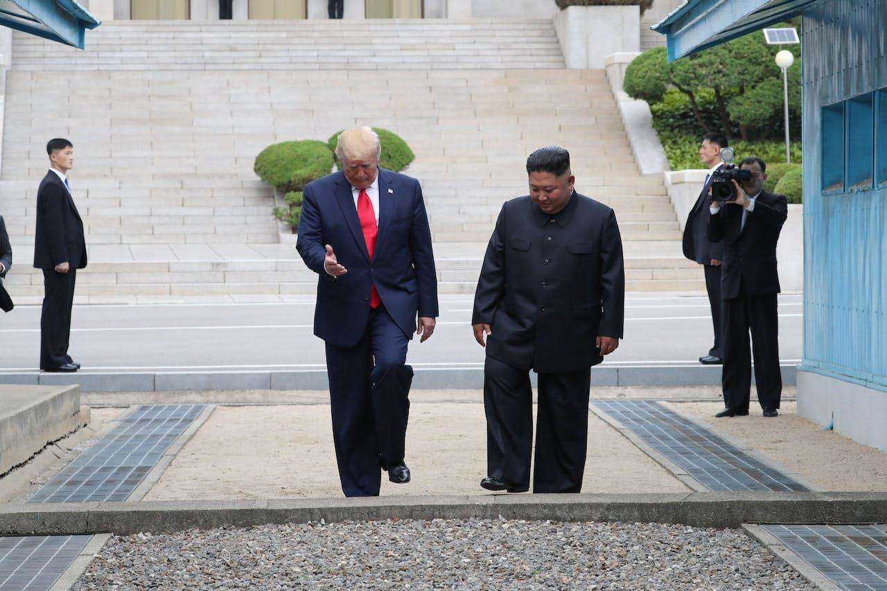 Amerikaanse president Donald J. Trump met Noord-Koreaanse leider Kim Jong-un bij de grens tussen de twee Korea's op 30 juni 2019. De ontmoeting was deel van Trumps poging om de verder relatie tussen de twee landen te normaliseren.