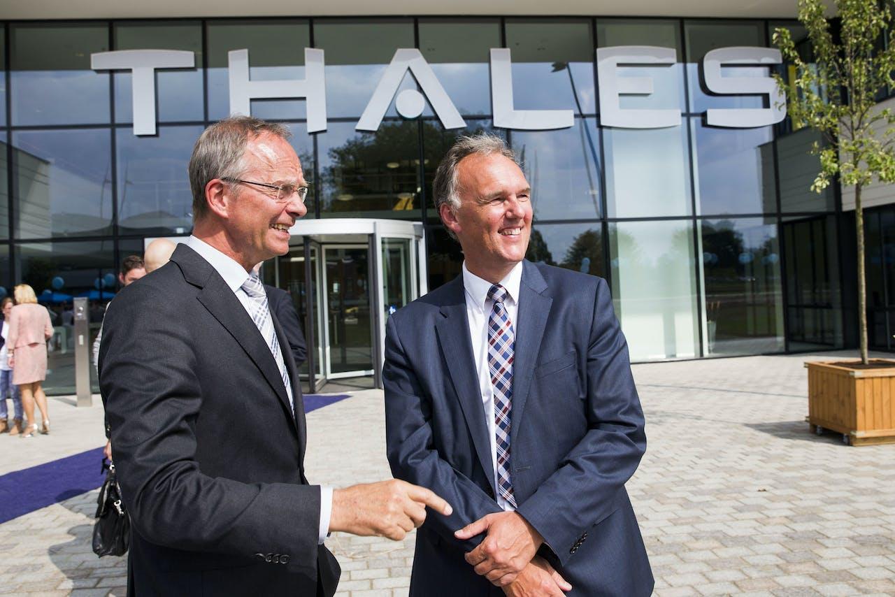 Minister Kamp van Economische Zaken (links) en CEO Gerben Edelijn zijn aanwezig bij de opening van de nieuwbouw van hightechbedrijf Thales.