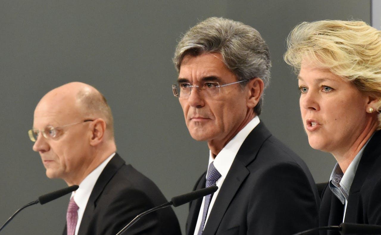 De CFO Ralf Thoma van Siemens (links), CEO Joe Kaeser (midden) en bestuurslid Lisa Davis (rechts).