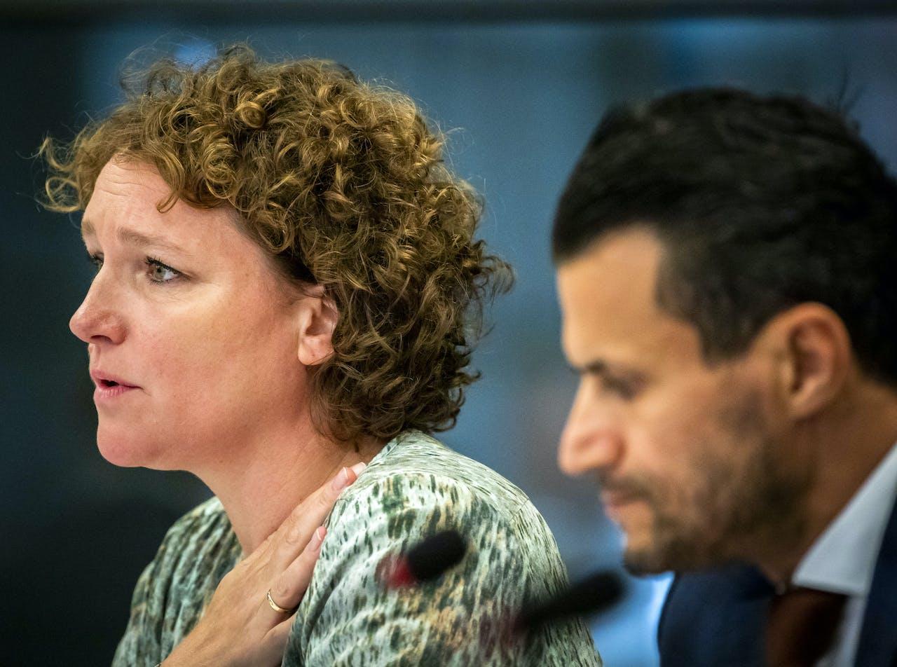 Renske Leijten (SP) en Farid Azarkan (DENK) tijdens het algemeen overleg in de Tweede Kamer met staatssecretaris Menno Snel van Financiën over de Belastingdienst.