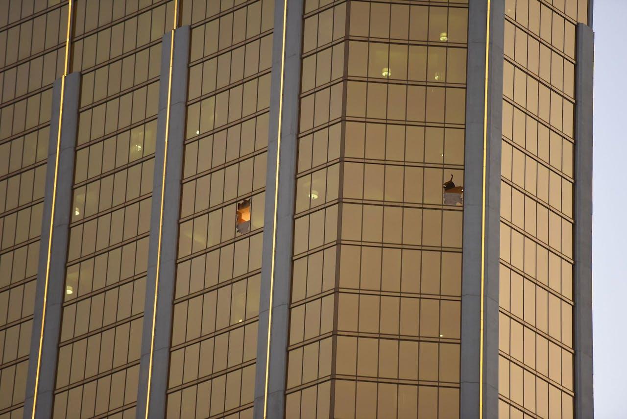 Stephen Paddock schoot vanuit deze twee ramen van het Mandalay Bay Hotel in Las Vegas.