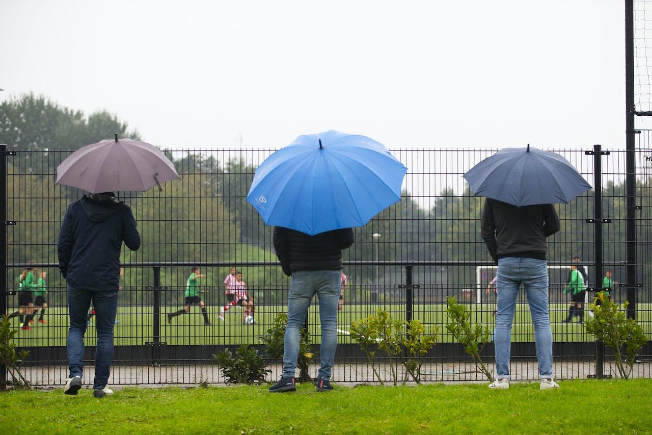 Toeschouwers bij een voetbalwedstrijd in Rotterdam.