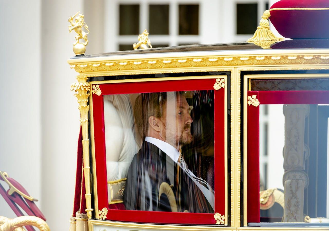 Koning Willem-Alexander en koningin Maxima vertrekken met de Glazen Koets vanaf Paleis Noordeinde naar de Ridderzaal waar de koning de troonrede zal voorlezen.