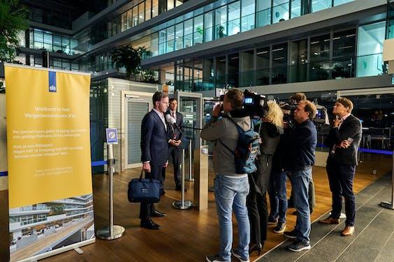 Premier Mark Rutte en Minister Wopke Hoekstra van Financiën (CDA) na afloop van een extra coalitieoverleg op het het ministerie van Financiën.