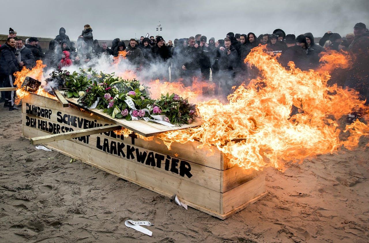 Inwoners van Duindorp en Scheveningen nemen met een crematie symbolisch afscheid van het vreugdevuur.