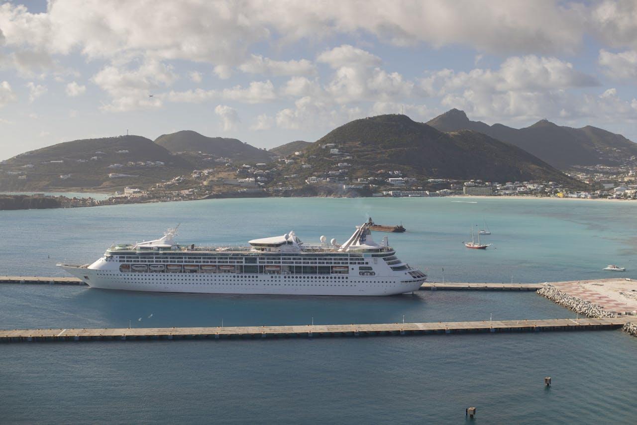 Een cruiseschip ligt in de cruiseterminal bij de haven van Philipsburg op Sint Maarten.