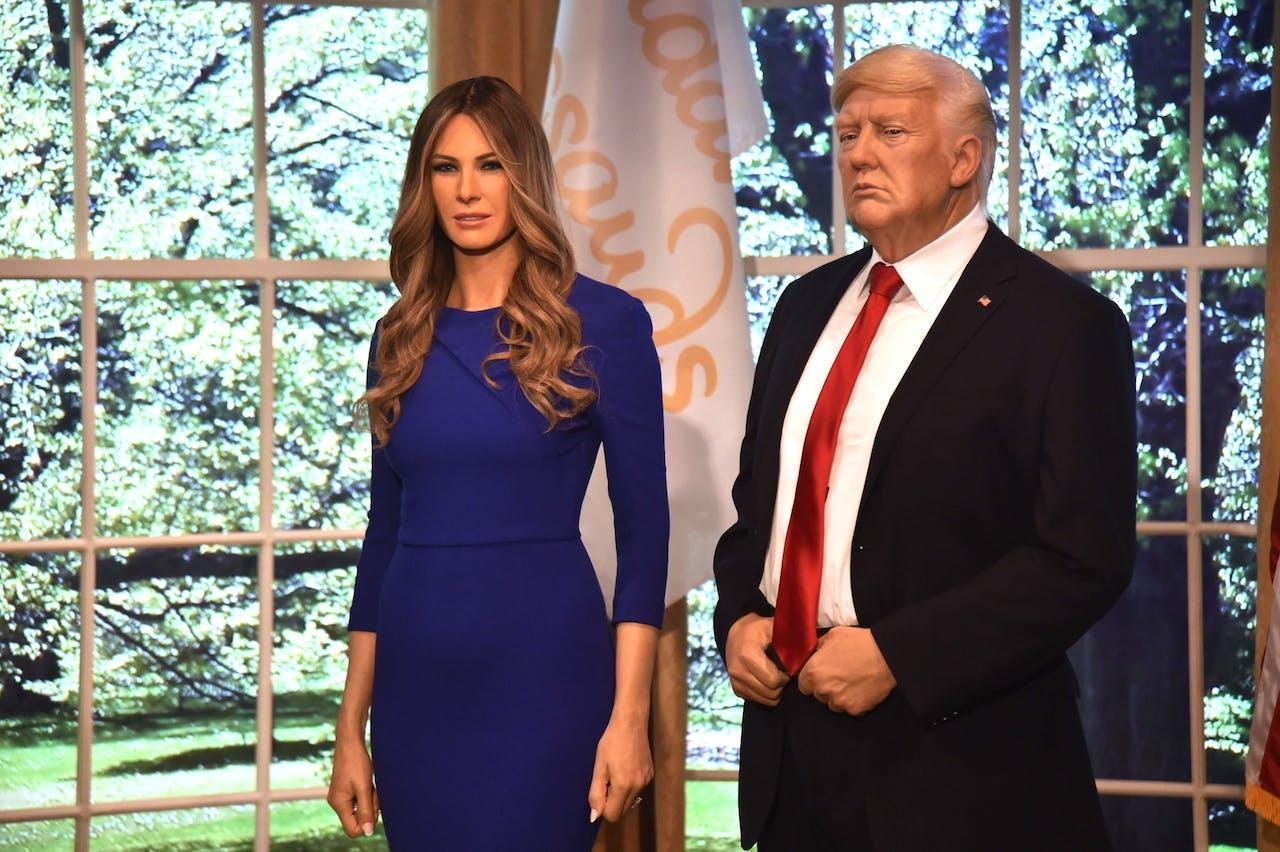 Hey, daar is ze! Nee, toch niet: dit is een nieuw wassen figuur naast een Trump-imitator.
