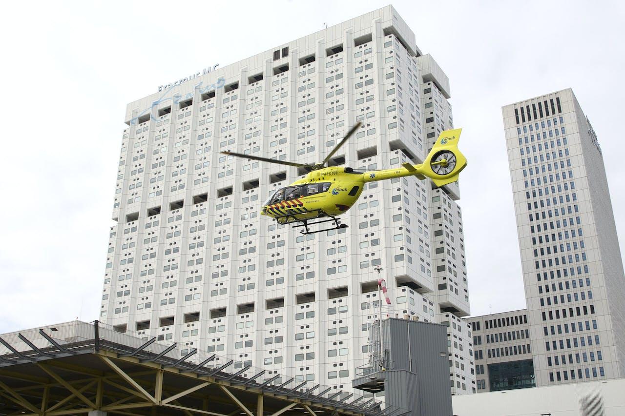 ROTTERDAM - De corona-helikopter, een speciale traumahelikopter, is geland op het helikopterdek van het universitair ziekenhuis Erasmus MC. Het aantal coronapatienten in ziekenhuizen blijft onverminderd hard stijgen waardoor er weer patienten naar Duitsland moeten worden overgebracht, net als in de eerste golf. ANP PIETER STAM DE JONGE