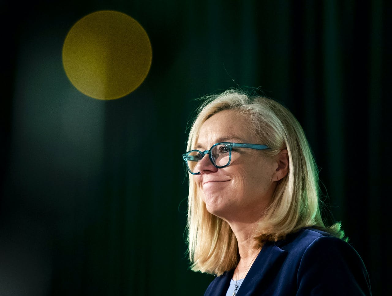 ARNHEM - Sigrid Kaag houdt haar eerste grote speech als nieuwe leider van D66. Kaag werd met een overweldigende meerderheid gekozen tot de nieuwe politiek leider.