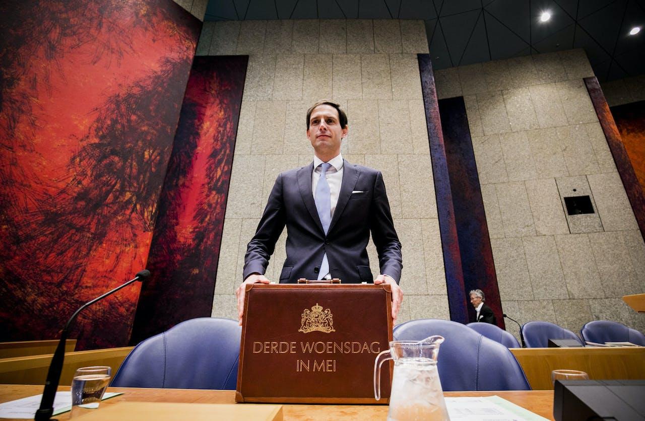Minister Wopke Hoekstra van Financiën met zijn koffertje