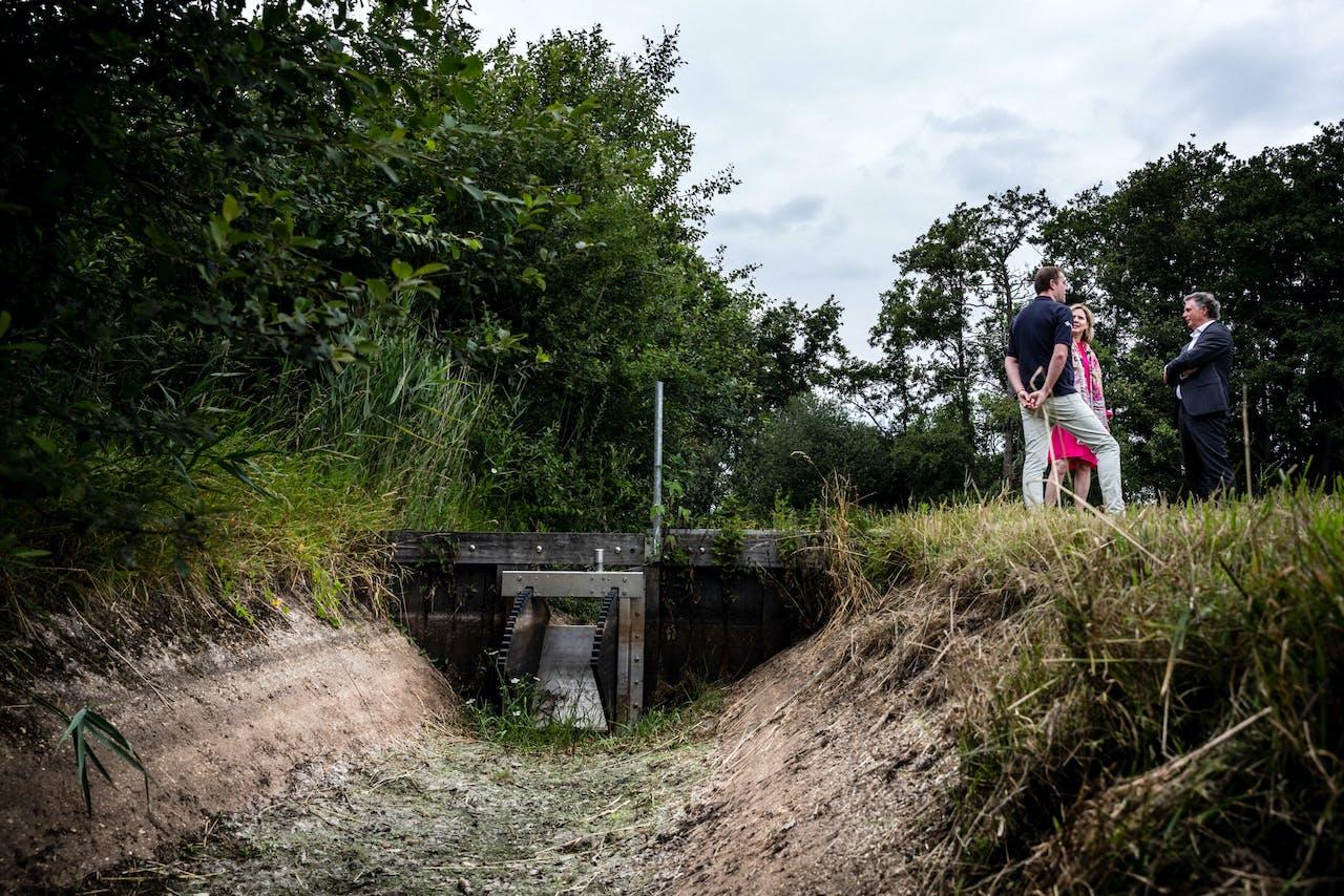 Minister Cora van Nieuwenhuizen (Infrastructuur) bezoekt de drooggevallen Klein Aa in Zuid-Oost Nederland. Wegens aanhoudende droogte stroomt er geen water meer door kleine rivieren en sloten in hooggelegen gebieden.
