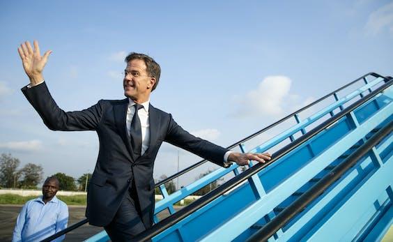 Premier Mark Rutte stapt aan boord van het regeringstoestel na een bezoek aan Nigeria