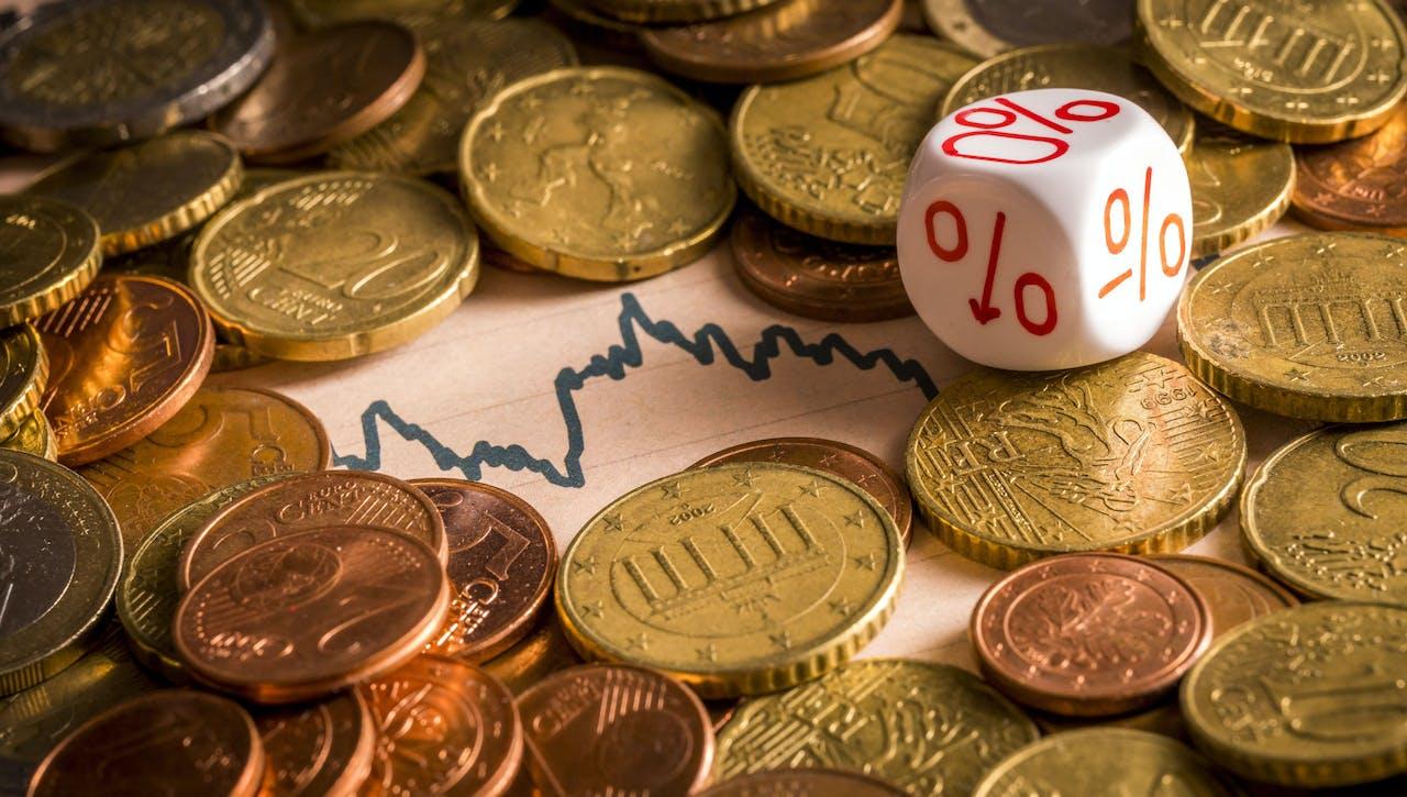 De grote verliezers van een negatieve spaarrente zijn de mensen met een leuk spaarbedrag op de rekening, die te weinig hebben om echt te investeren.