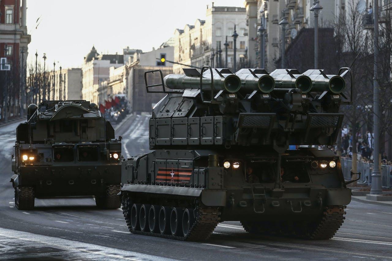 Een BUK-raketsysteem tijdens een parade in Moskou. Dit raketsysteem kan de raket afvuren waarmee vlucht MH17 is neergehaald.
