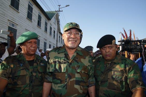 Suriname's president Desi Bouterse op naar het Krijgsraadgebouw